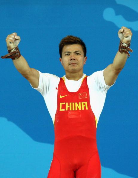 图文-男子举重62公斤级比赛 张湘祥庆祝夺金