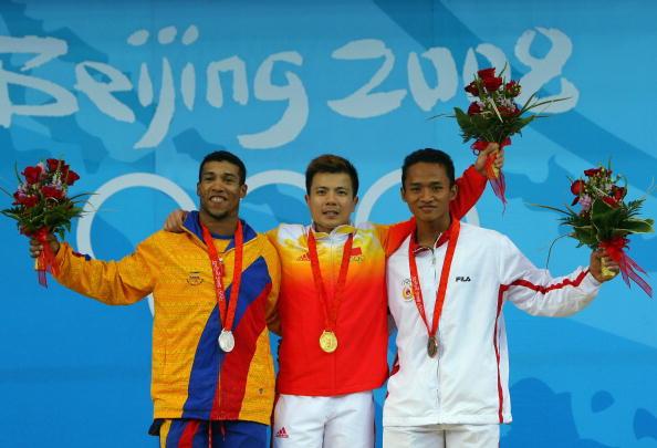 图文-男子举重62公斤级比赛 前三名合影留念