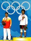 图文-举重77公斤级李宏利摘得银牌 冠军领取金牌
