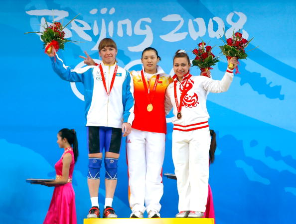 图文-女子举重75公斤级决赛 前三名合影留念