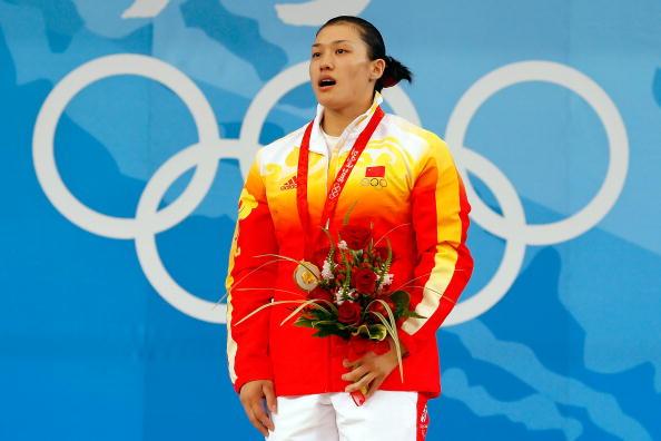 图文-女子举重75公斤级决赛 曹磊现场默唱国歌