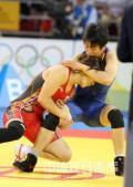 图文-女子自由式摔跤55KG许莉摘银 两人争夺激烈
