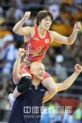 图文-女子自由式摔跤55KG许莉摘银 骑在教练头上