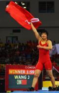 图文-女子72公斤级自由式摔跤 王娇夺冠国旗飘扬