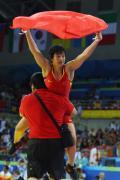 图文-女子72公斤级自由式摔跤 教练激动扛起王娇