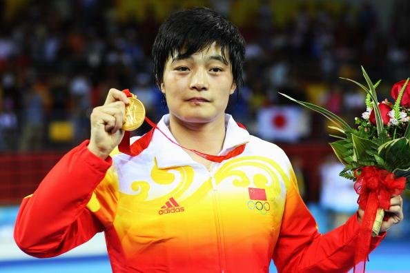 图文-女子72公斤级自由式摔跤 王娇展示奥运金牌