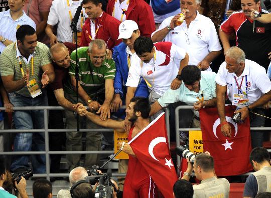 图文-摔跤男子自由式66公斤级决赛 沙欣接受祝贺