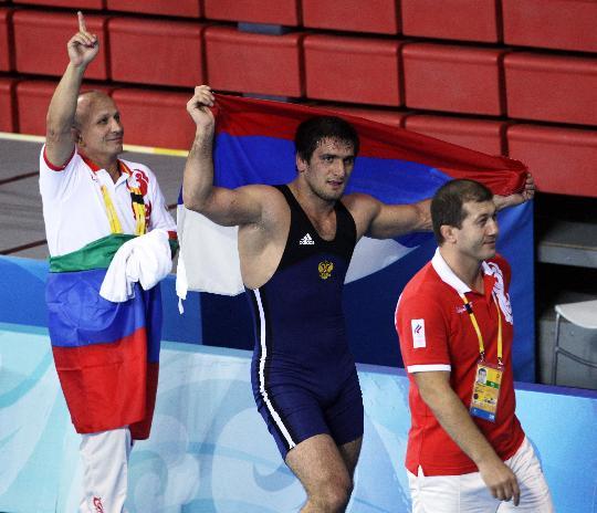 图文-摔跤男子自由式96公斤级 穆拉多夫身披国旗