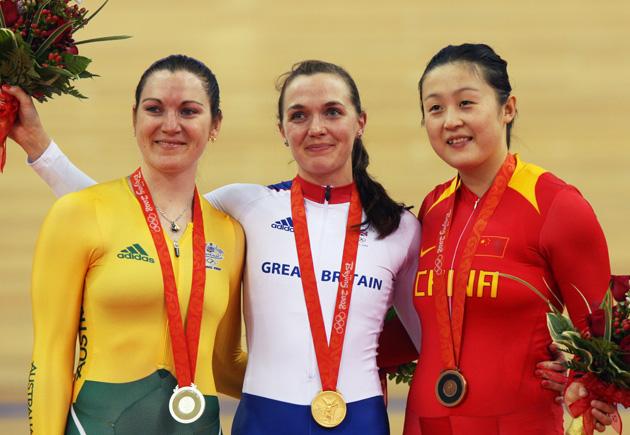 图文-[奥运]自行车女子争先赛决赛 前三名得主合影