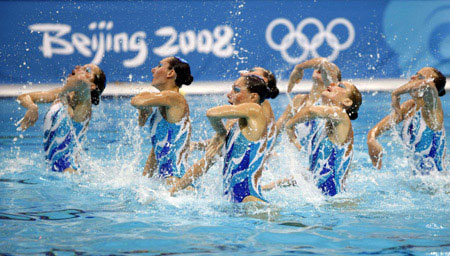 Photo: Russia takes double golds in synchronized swimming