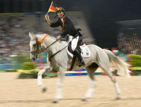 图文-马术三项赛个人赛决赛 罗迈克庆祝胜利