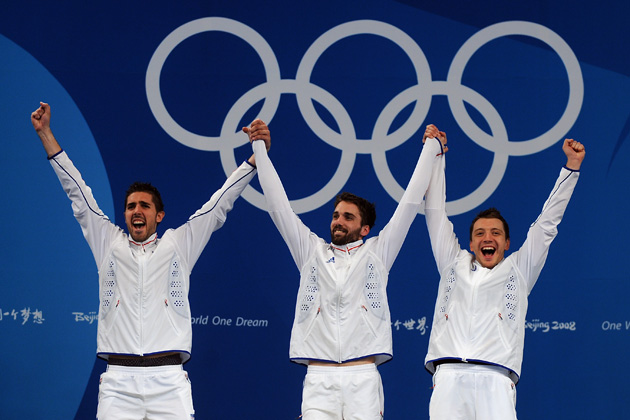 图文-[奥运]男子佩剑团体决赛 法国队欢庆冠军