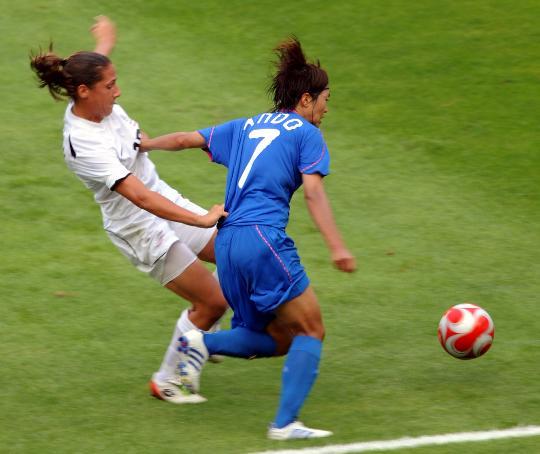 图文-[奥运会]女足日本VS新西兰 安藤梢赛中争抢