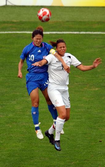 图文-[奥运会]女足日本VS新西兰 哈恩与泽穗希争抢