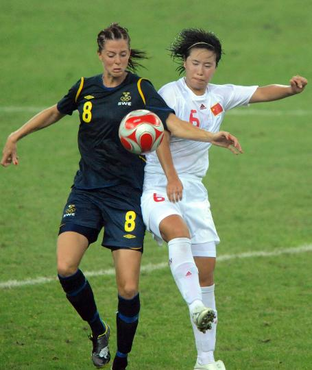 图文-[奥运会]中国女足2-1瑞典 张娜与谢林拼抢
