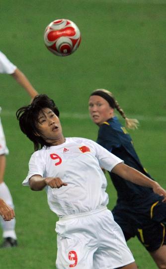 图文-[奥运会]中国女足2-1瑞典 韩端在赛中争顶