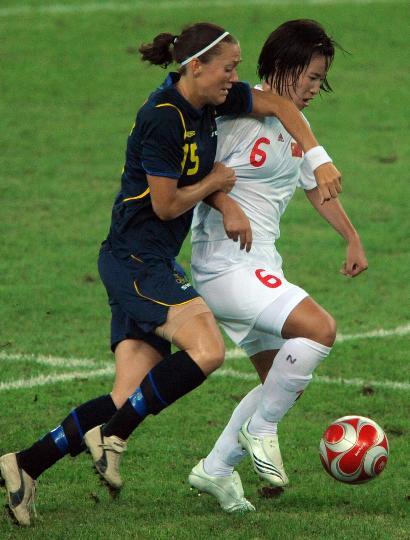 图文-[奥运会]中国女足2-1瑞典 张娜同舍格兰拼抢