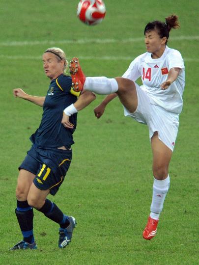 图文-[奥运会]中国女足2-1瑞典 刘华娜同斯文松拼抢