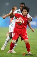 图文-[奥运会]朝鲜女足VS尼日利亚 吉善喜小心控球