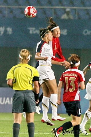 图文-[奥运会]挪威女足VS美国 美挪两队争顶头球