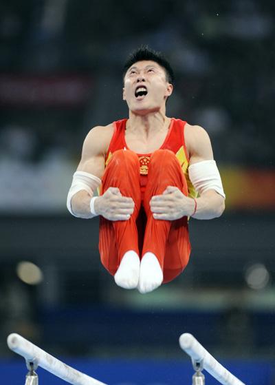图文-奥运男子体操队资格赛 李小鹏抱腿翻转瞬间
