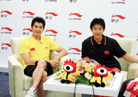 图文-邢傲伟滕海滨聊08体操队 两位体操冠军展颜一笑