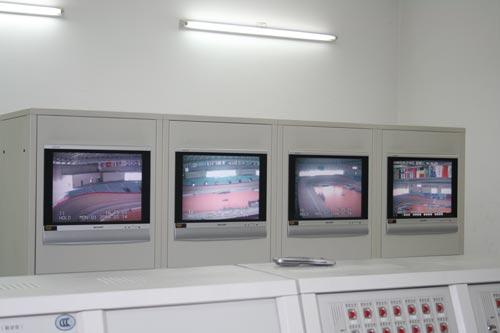 """图文-""""全国网站看奥运""""第2天 老山自行车场监控室"""