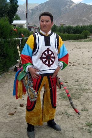 """图文-""""祝福北京""""藏族评选 扎西塔杰祝福物弓箭"""