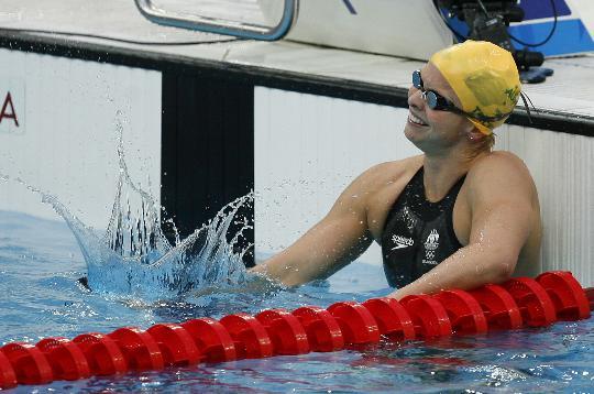 图文-特里克特夺女子100米蝶泳冠军 看她多么开心
