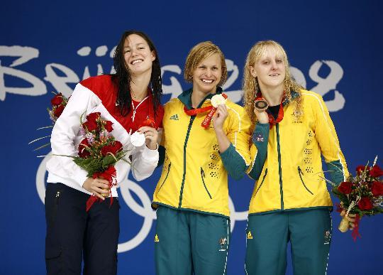 图文-女子100米蝶泳颁奖 互相比俏