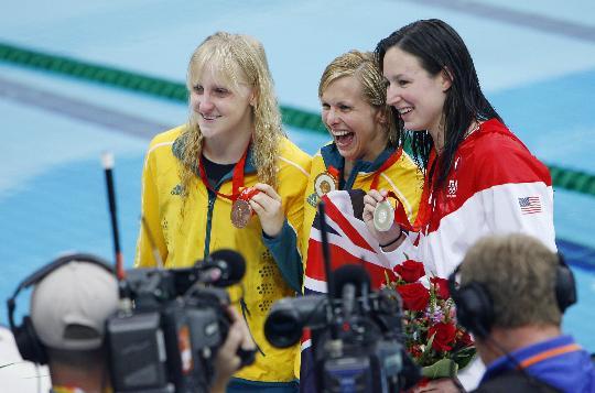 图文-女子100米蝶泳颁奖 冠亚季军都兴奋