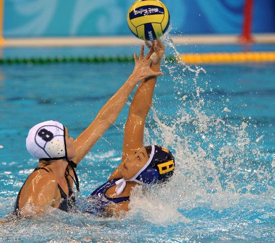 图文-女子水球预赛中国惜败美国 就不让你拿到球