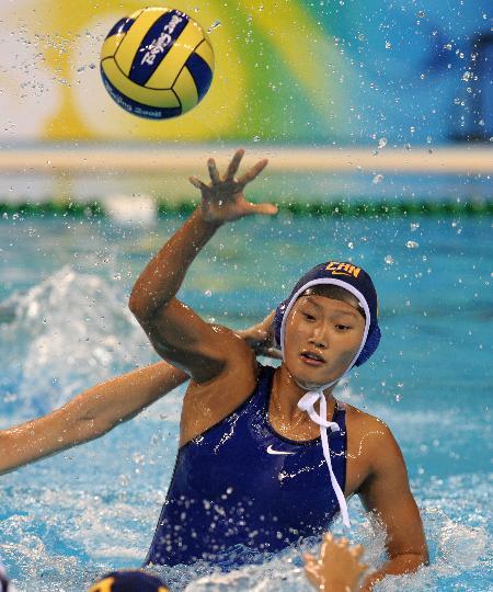 图文-女子水球预赛中国惜败美国 孙惠子比赛中传球