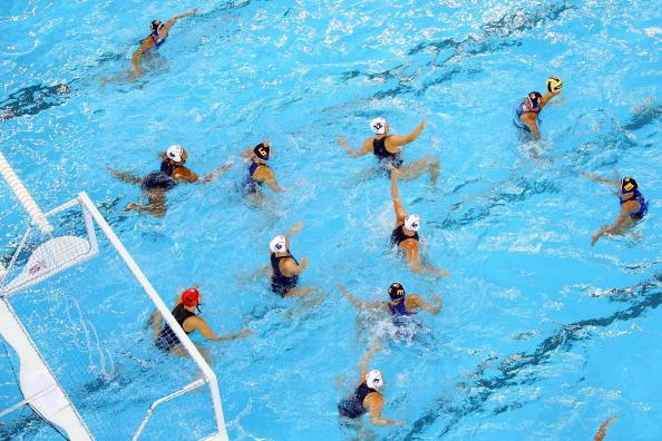 图文-奥运会11日女子水球赛况 俯瞰双方激烈拼杀