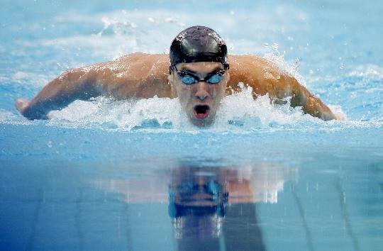 图文-菲尔普斯200米蝶泳破纪录 一路劈波斩浪