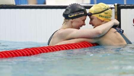 图文-史蒂芬100米自夺金 冠亚军水中相互祝贺