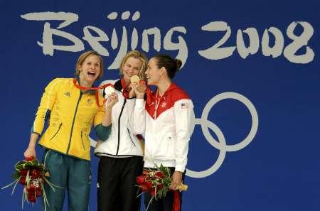 图文-史蒂芬100米自夺金 颁奖台上举起奖牌比一比