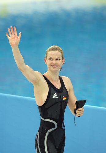 图文-斯特芬获50米自游泳冠军 斯特芬走在池边