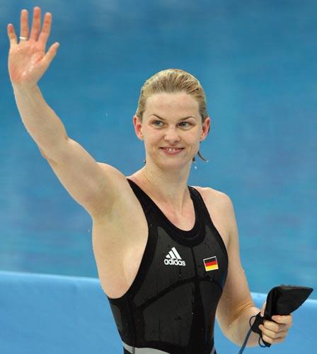 图文-斯特芬获50米自游泳冠军 斯特芬获胜后挥手