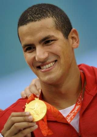 图文-男子1500米自由泳决赛 迈卢利举起金牌