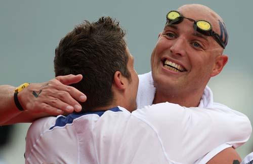 图文-男子10公里公开水域决赛 接受祝贺