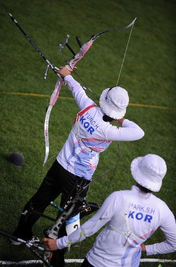 图文-射箭韩国队获女团金牌 尹玉姬在比赛中