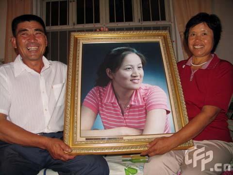 张娟娟夺金后父母欢庆