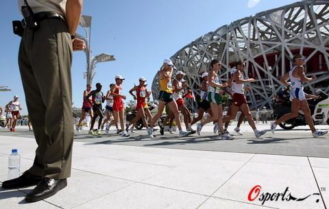 图文-北京奥运会男子20公里竞走 绕着鸟巢跑