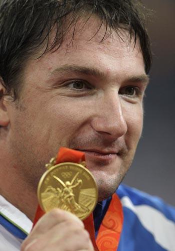 图文-男子链球斯洛文尼亚选手夺金 微笑展示金牌