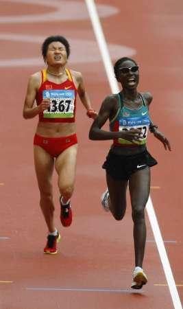 图文-女子马拉松决赛开战 周春秀在最后冲刺阶段