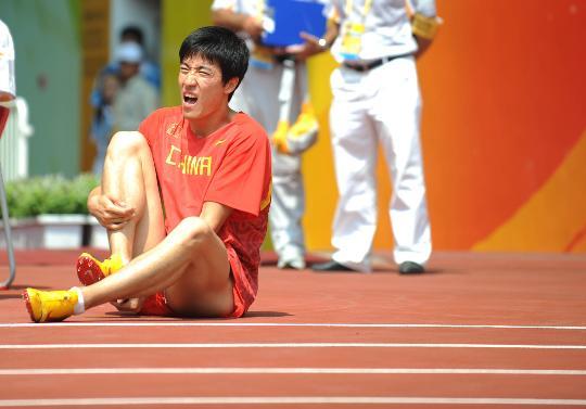 图文-刘翔因伤退出110米栏比赛 上场准备时感不适