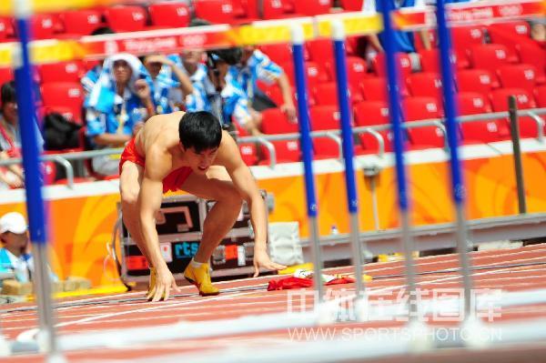 图文-刘翔因伤退出110米栏 伤病无法让他站起来