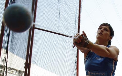 图文-女子链球及格赛赛况 斯洛伐克选手掷球一瞬
