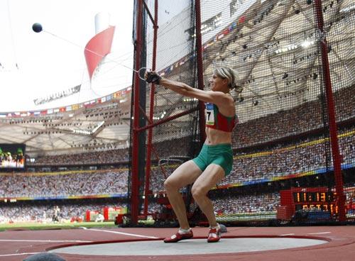 图文-女子链球及格赛赛况 白俄罗斯选手掷球一瞬